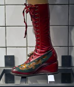 When the Mexican painter Frida Kahlo died in her husband muralist Diego Rivera locked her clothes and jewelry- all personal possess. Orthotics And Prosthetics, Frida And Diego, Mexican Outfit, What Should I Wear, Funky Jewelry, Folk Costume, New Shoes, Skirt Fashion, Timeless Fashion