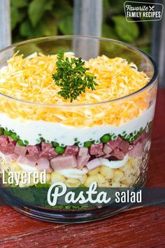 This Layered Pasta Salad is a colorful side dish for BBQs and potlucks With layers of ham eggs salami veggies and cheese it is hearty and delicious via favfamilyrecipz Pot Pasta, Pasta Dishes, Food Dishes, Ham Dishes, Rice Dishes, Noodle Salad, Pasta Salad, Cobb Salad, Farro Salad
