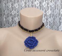 Choker cu pandantiv trandafir de vânzare ,culori-negru,auriu,albastru regal.Pentru mai multe detalii va astept cu drag pe pagina mea de Facebook Criss accesorii crosetate.