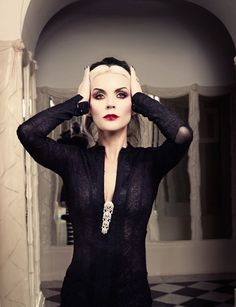 Daphne Guinness: the bold and the beautiful. Daphne Guinness, Diana, Glamour, Dark Fashion, Style Fashion, Our Lady, Couture Fashion, Just In Case, Style Icons