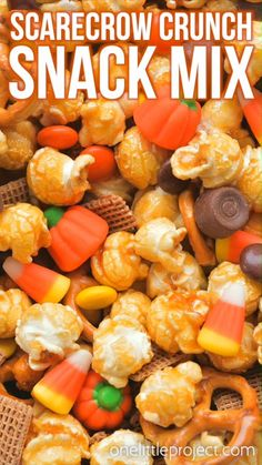 This scarecrow crunch snack mix is SO EASY and tastes so good! With the perfect combo of sweet and salty it makes a great Halloween or Thanksgiving treat! Halloween Desserts, Hallowen Food, Halloween Food For Party, Women Halloween, Halloween Makeup, Halloween Trail Mix Recipe, Halloween Costumes, Halloween Decorations, Halloween Candy
