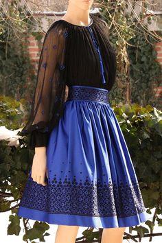 Pakistani Fashion Casual, Pakistani Dress Design, Stylish Dresses For Girls, Elegant Dresses, Skirt Fashion, Fashion Dresses, Short Frocks, Frocks And Gowns, Embroidery Fashion