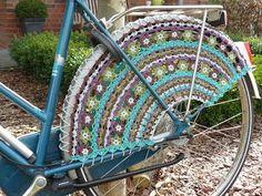 Meertje: Fahrradnetz / Mantelschoner - crocheted pattern for a dress guard available on Ravelry