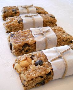 Shopgirl: Homemade Raisin and Peanut Breakfast Granola Bars – a good starting point but needs tweaking (starting with replacing oil with part butter part peanut butter) Breakfast Granola Bar Recipe, Homemade Breakfast, Quick And Easy Breakfast, Breakfast Bars, Breakfast Recipes, Biscuits, Healthy Food Choices, Healthy Snacks, Granola Bars