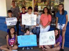 Basta de bullying en las escuelas. Un grupo de adolescentes generó una movida para luchar contra los abusos en las escuelas y se juntaron en la esquina de la plaza. http://www.reconquista.com.ar/locales/7236-basta-de-bollying-en-las-escuelas