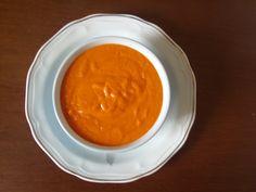 2 pimentões vermelhos grandes  - 1 cebola média  - 2 dentes de alho  - 2 tomates maduros  - Sal a gosto  - 1/2 xícara de azeite  - 2 colheres (sopa) farinha de trigo cheias  -
