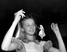 IlPost - Alice nel paese delle meraviglie - L'attrice inglese Kathryn Beaumont guarda un rodovetro (un foglio di acetato trasparente su cui è disegnato una scena di un cartone animato) dopo aver fatto da modella per il personaggio di Alice del cartone Disney Alice nel paese delle meraviglie, a Burbank, in California, nel 1951. Beaumont fu anche la doppiatrice di Alice nella versione originale.  (AP Photo/Frank Filan)