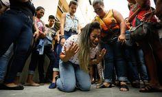 Vanessa da Silva, mãe de Renan Grimaldi, se ajoelha após direção do hospital atender a pedido da família e manter jovem ligado a aparelhos