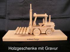 Gabelstapler auf einem Holzständer FINDEN http://www.soly-holzspielzeug.de/alle-holzspielzeug/geschenk-mit-sockel-und-gravur/