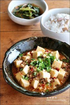 마파두부 만드는법,한그릇 두부요리오랫만에 만들어 본 마파두부입니다 재료만 있으면 비교적 간단하게 만들어 먹는 일품요리~~~! 점심에 따끈한 콩밥을 곁들여 맛나게 먹었답니다 마파두부 재료 (2~3인분) 두부 250~300g, 소금 약간, 다진돼지고기 100~150g, 풋고추 1개, 붉은고추 1개,다진마늘 2작은술, 다진생강 1작은술, 고추기름 1큰술, ...