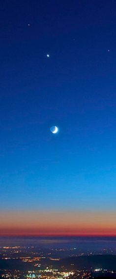 Marte, Venus, Saturno y la Luna creciente sobre Poway, California...