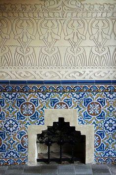 Esgrafiados y cerámicas en el entrada del Palau Macaya ,de Puig i Cadafalch  modernisme a Barcelona  Catalonia