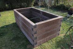 Vettünk egy drága, de várhatóan örökéletű magaságyat a kertbe: betonból van, de könnyű és szép. Na jó, majd szép lesz!...