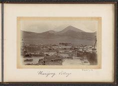 D.T. Dalton | Gezicht op het stadje Pharijong met bergen op de achtergrond, D.T. Dalton, 1903 - 1906 | Onderdeel van Fotoalbum met 24 foto's van de reis van legertelegrafist D.T. Dalton door Tibet.