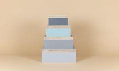 Vier schöne Boxen, die das Leben leichter machen! In ihnen kannst du Bücher, DVDs, Schmuck oder auch ganz unnötigen Kram, den keiner sehen soll, verstauen.  Maße: 16cm x 20cm, 19cm x 25cm, 22cm x 30cm, 25cm x 35cm Material: Holz Farben: Pastelltöne 4er Set