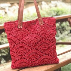 Would you like to enter the summer season with a unique crochet bag model that no one else has? Crochet Sandals, Crochet Tote, Crochet Purses, Unique Crochet, Love Crochet, Knitted Bags, Handmade Bags, Purses And Bags, Crochet Patterns