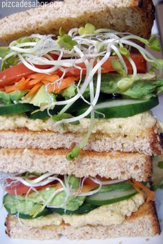 Sandwich con hummus y vegetales