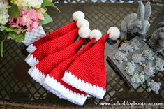 Materials: Red Heart With Love (White & Holly Berry) or any worsted weight yarn Crochet Hook Size I mm) Tapestry Ne. Crochet Santa Hat, Crochet Christmas Hats, Crochet Cap, Christmas Crochet Patterns, Holiday Crochet, Crochet Baby Hats, Free Crochet, Crocheted Hats, Crochet Round
