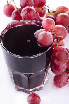UVA + GENGIBRE + CANELA O gengibre e a canela aceleram o funcionamento do metabolismo. Eles são alimentos termogênicos, que elevam a temperatura do corpo. Sendo assim, o organismo gasta mais energia para manter a temperatura corporal e, consequentemente, consome mais calorias. A uva roxa é anti-oxidantes, anti radicais livres e uma infinidade de benefícios a saúde. 155 calorias  Ingredientes 1 copo (200 ml) de suco de uva integral 2 colheres (chá) de gengibre 1 colher (café) de canela em pó