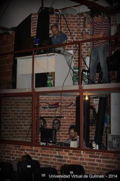 """Parte del equipo de trabajo de la UVQ. Preparativos para la transmisión -en vivo y en directo - del Acto de Colación de Grado de la modalidad a distancia de la Universidad Nacional de Quilmes (UNQ) - Salón Auditorio """"Nicolás Casullo"""" UNQ"""