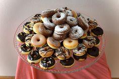 Mini donutky jsou obdobou českých koblížků, tedy dobrota, kterou dětem uděláte radost! Tyhle donutky se pečou v toustovači a jsou hotové během chvilky. Doughnut, Cereal, Breakfast, Cake, Desserts, Food, Recipes, Morning Coffee, Tailgate Desserts