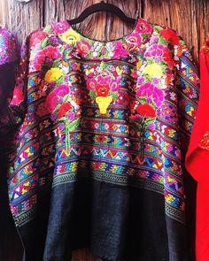 """Bordados Mujeres dejan sus ojos sus manos sus cuellos y sus vidas aquí y somos nosotros los mexicanos """"orgullosos"""" de su trabajo quienes regateamos los precios o peor los comparamos con las imitaciones chinas maquiladas en serie que nos venden en ferias o tumbados en la playa. O las mandamos pedir de tiendas gringas porque es más """"In"""" #Oaxaca #artesanias #artesaniamexicana #México"""