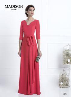 Vestido largo de fiesta de Madison confeccionado con crepé frambuesa, falda lisa con cola y cuerpo con bonito escote en forma de V, cinturón y moña al tono. #vestidos #moda #fashion