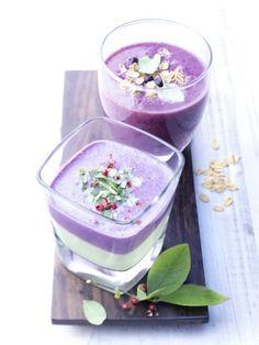 Das Rezept für Blaubeer-Avocado-Smoothie (Glas vorne) und weitere kostenlose Rezepte auf LECKER.de