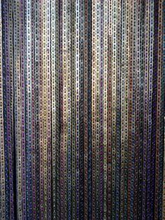 cortinas hechas de tapitas de lata de aluminio