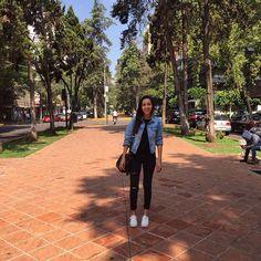 jeans negros rotos, chaqueta de denim, blusa negra y tenis con plataforma de H&M