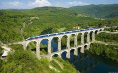Tren En El Puente Rio