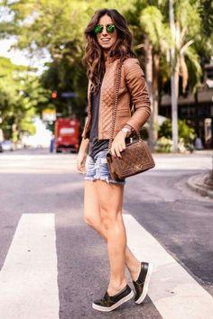 jaqueta couro caramelo short jeans tênis preto