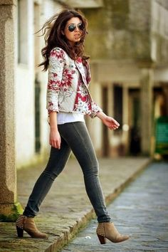 Beige Ankle Boats Outfit Spring Jeans 27 New Ideas Casual Winter Outfits, Casual Fall, Spring Outfits, Outfit Winter, Outfit Summer, Floral Blazer Outfit, Blazer Outfits, Botines Casual, Boating Outfit