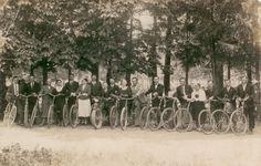 """Pracownicy Zakładów Gumowych """"Wudeta"""" w Krośnie, sprzed wojny. """"Kiedy się dorobili, kupili sobie rowery"""" i już nie musieli do pracy chodzić piechotą. """"Wudeta"""" - Zakład Gumowy - produkujący obuwie, płyty gumowe, płaszcze nieprzemakalne. Jego budowę rozpoczęto w 1928 r., a pełne uruchomienie nastąpiło 1 932 r. Zdjęcie ze zbiorów Marianny Gazdy."""