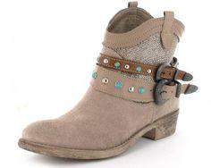 Stylischer Damen Boot von Tamaris mit zwei abnehmbaren Riemen, die mit Nieten und türkisen Steinen geschmückt sind. #Schuhe