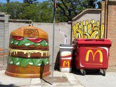 Junk Food = conteneur à bouteille poubelle, benne