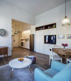 דירה צרה ומלבנית הפכה, באמצעות תכנון נכון, לחלל פונקציונלי לרווק שמכיל גלריית שינה, שלל מקומות אחסון והרבה אור
