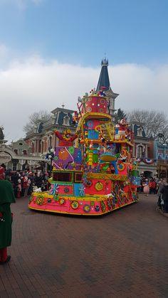 Christmas parade - Disneyland Park #disneylandparis '17 Disneyland Paris, Disney Vacations, Big Ben, The Good Place, Park, Building, Christmas, Travel, Xmas