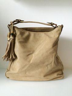 Gucci New Jackie look-a-like in der Farbe beige. Diese trendige Tasche aus weichem Kunstleder bietet sehr viel Stauraum und ist der Hingucker in diesem Sommer. #gucci #bag #tasche #fashion
