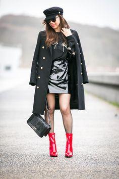 #vinyl #vinyle #militarycoat #sweat #perles #noeud #fishnet #redalert #redshoes #rocknroll #sixties #fashion #fashioninspiration #fashionblogger #blogparis #trendyholyblog