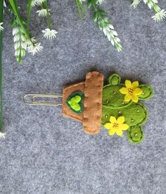 Bookmark with Cactus; Gifts for readers Bookmark with Cactus; Gift for readers ************ Paper clip with felt Cact Felt Bookmark, Bookmark Craft, Gifts For Readers, Felt Flowers, Yellow Flowers, Embroidery Hoop Art, Felt Fabric, Felt Toys, Paper Clip