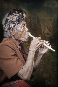 Joueur de flûte à Bali.