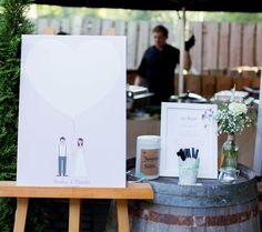 Alternative zum Gästebuch, Leinwand mit Brautpaarkarikatur und großem Herzen, indem Gäste der Hochzeit Fingerabdrücke ( Fingerprints) machen können