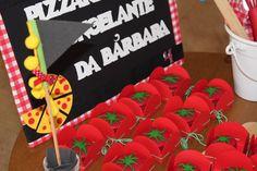 Entrada da festa, um cantinho da pizza, já que o buffet foi rodízio de pizzas! #roupadepapel #frozen #festafrozen #febrecongelante #festafrozenfebrecongelante #festaafetiva #feitocomasmaos #feitocomamor #festaartesanal #festascaseiras #festainfantil #festainfantilbh #inspiracao #mesadedoces #decorinfantil #decoracaoinfanfil #aniverinfantil #aniversarioinfantil #ideiascriativas #pizzaria #rodiziodepizza #buffetdepizza #cantinhodepizza #entradadafesta #macarrons #macarronspersonalizados