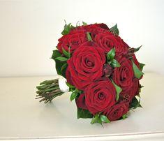 red green bouquet grandprix roses