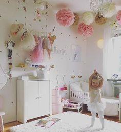 Pokój dla baletnicy. Wiele dziewczynek już od małego przejawia talent do tańca, w tym baletu. Warto wobec tego wykorzystać ten fakt tworząc dla swej córeczki pokój. Tutaj mamy przykład takiego pokoju dziecięcego dla małej księżniczki, w którym widać wiele elementów typowych dla baletnicy. W wyniku tego dziecko może każdego dnia ćwiczyć swój taniec w domowych warunkach. #dzieci #pokój #wyposażenie ##dywan ##dziecięcy