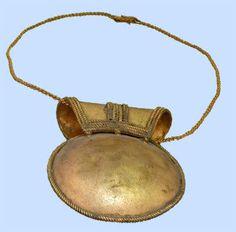"""La bulla infantil, amuleto romano. """"bulla"""" ,  una cajita redonda u ovalada formada por dos láminas metálicas abombadas y unidas por los bordes. En su interior contiene un amuleto contra la fascinacion o mal de ojo."""