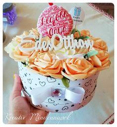 Középen kézzel varrt filcdísszel Birthday Cake, Felt, Desserts, Design, Tailgate Desserts, Felting, Deserts, Birthday Cakes, Feltro