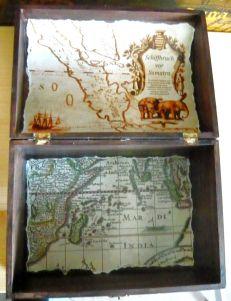 Die alten Karten der Innenseite der Seekiste dokumentieren die Hauptfahrtgebiete des Kisteninhabers. http://rotbartsaga.com