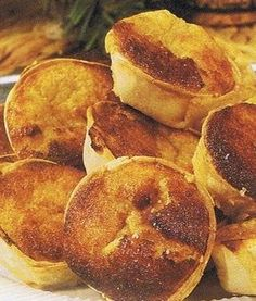 Queijadas de Sintra are very rich in texture and sweetness. They are one of the most traditional and signature queijadas. Pastry Recipes, Cookbook Recipes, Wine Recipes, Snack Recipes, Cooking Recipes, Portuguese Sweet Bread, Portuguese Desserts, Portuguese Recipes, Portuguese Food